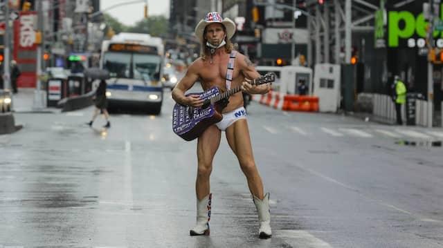 Robert Burck, der nackte Cowboy, gehört zum Straßenbild von New York, das besonders hart von der Corona-Pandemie betroffen ist.