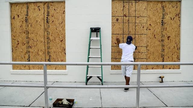 Die Menschen in Florida bereiten sich auf die Ankunft des Monster-Hurrikans vor.