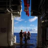 """Alltag auf dem deutschen Forschungsschiff """"Sonne"""""""". Das 2014 in Dienst gestellte Schiff kann mit seiner Seilwinde Sonden bin in die tiefste Tiefsee hinablassen."""