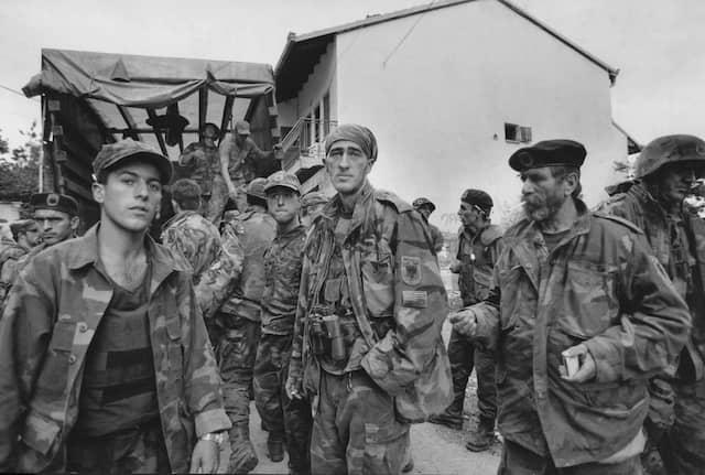 Juni 1999: Vom Krieg gezeichnet sind junge und alte Kämpfer der paramilitärischen Kosovo-Befreiungsarmee UCK in Prishtina.