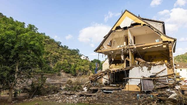 Nach Starkregen haben Überschwemmungen dieses Haus in Altenahr zerstört.