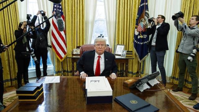 Umringt von Journalisten im Weißen Haus Donald Trump unterzeichnet im Dezember 2017 die Steuerreform.