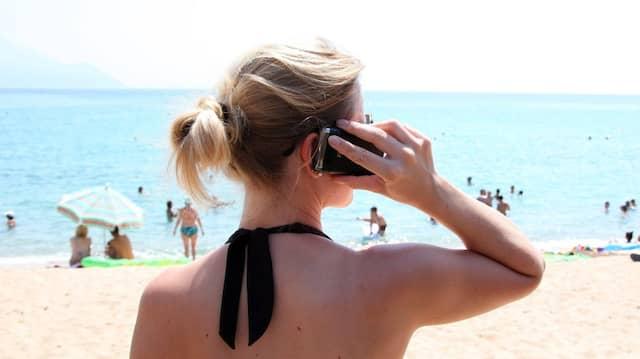 Mit dem Handy lässt sich auch vom Strand aus telefonieren.