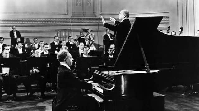 Eugene Ormandy dirigiert das Philadelphia Orchestra im Jahr 1947