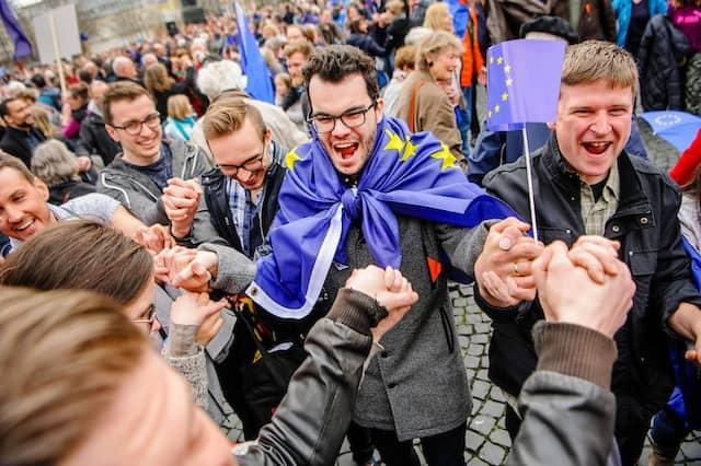 Europas Herz schlägt: Statt der üblichen Menschenkette formten die Teilnehmer pulsierende Kreise.