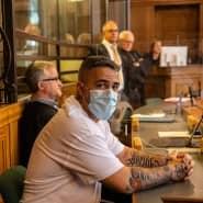 Anis Ferchichi, bekannt als Bushido, sitzt in einem Gerichtssaal des Landgerichts Berlin.