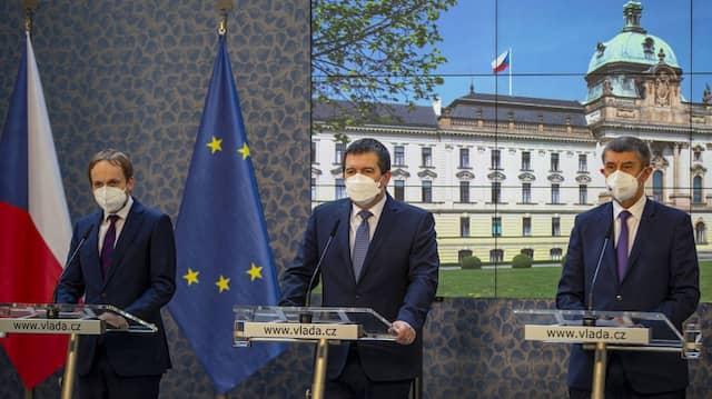 Außenminister Kulhánek, der stellvertretende Ministerpräsident Hamáček und Ministerpräsident Babiš bei einer Pressekonferenz in Prag am 22. April