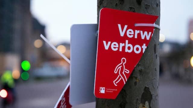 Ein zerstörtes Hinweisschild am Düsseldorfer Rheinufer zeigt: Hier hat offenbar schon jemand seinem Unmut über die neue Vorschrift freien Lauf gelassen.