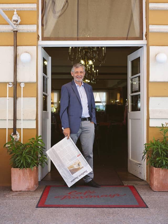 Die fünfte Generation: Ulrich Traxlmayr in seinem Café in Linz..