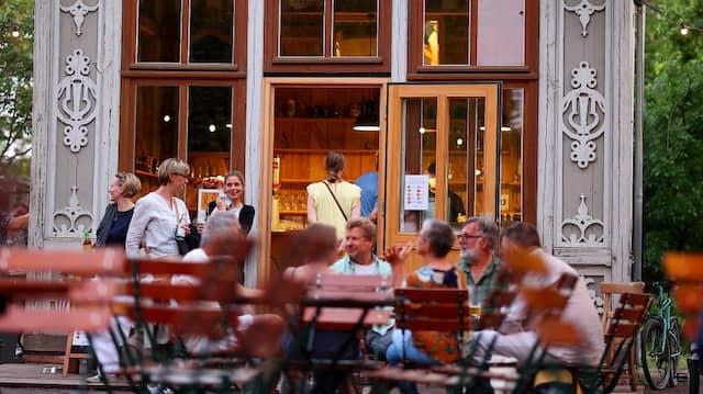 Nach dem Lockdown zieht es die Menschen wie hier in Magdeburg nach draußen und zum Geldausgeben.