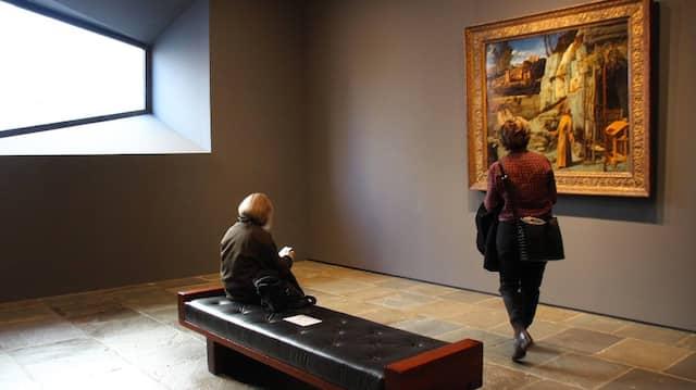 """Manchmal steigen die Bilder von den Leinwänden herab. Szene im ehemaligen Whitney-Museum in New York, mit Bellinis """"Heiligem Franziskus in der Wüste"""""""