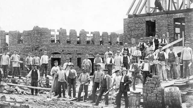 Baustellen für mehr Beschäftigung: Arbeiter mit Werkzeug um 1930.