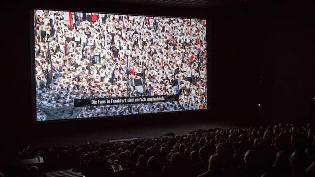 Pokalfieber im Kinosessel: Eintracht-Fans erleben den Sieg nochmal auf der großen Leinwand.