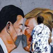 Bruderkuss der Handelskrieger: Das zwiespältige Verhältnis der Präsidenten Xi und Trump beschäftigt auch Berliner Mauerkünstler.