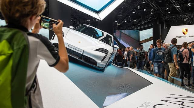 Besucherschwund auf der IAA. Dennoch versammeln sich Interessierte am Stand von Porsche.