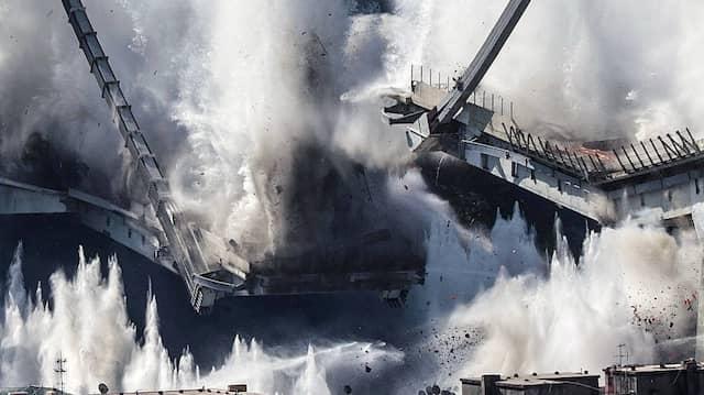 Bei dem Einsturz der Brücke in Genua wurden 43 Menschen getötet - unser Bild zeigt die Sprengung der Reste im Juni 2019