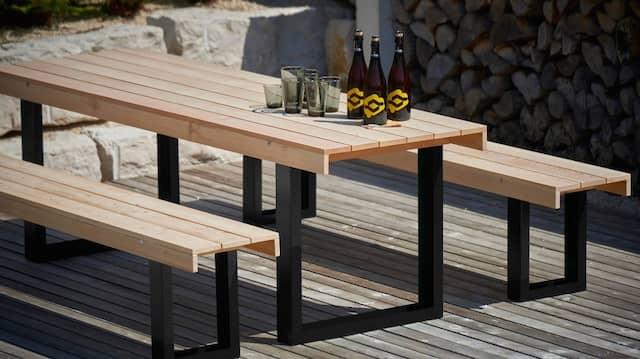 Mit Ecken und Kanten: Die Metallbeine verschwinden hinter den Holzleisten, die zusätzlich Stabilität und Standfestigkeit geben.