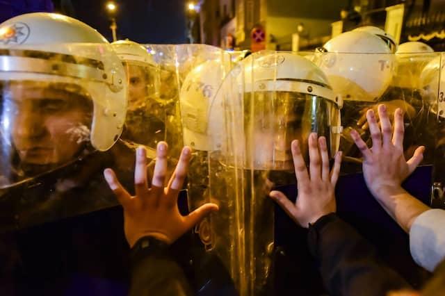 Polizeibeamte drängen Frauen während einer Kundgebung am Internationalen Frauentag auf der Istiklal-Allee in Istanbul zurück.