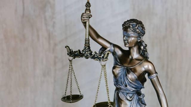 Justitia urteilt ausgewogen und ohne Ansehen der Person. Bei Jill Ciment kommt die Gleichgültigkeit der Handelnden hinzu.