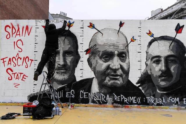Graffiti des spanischen Künstlers Roc BlackBlock zeigt König Felipe VI (links), den früheren König Juan Carlos (Mitte) und den spanischen Diktator Francisco Franco.