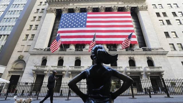 An der Vorderseite der New Yorker Börse hängt im Juli eine amerikanische Flagge.