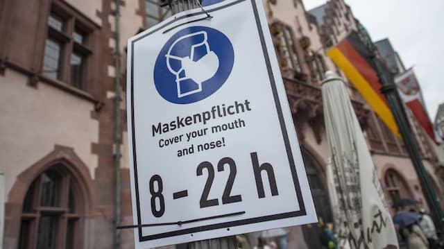 Ein Schild vor dem Frankfurter Römer mahnt zur Einhaltung der Maskenpflicht.