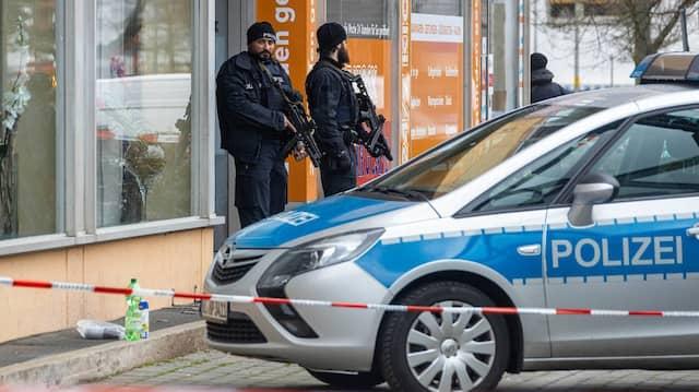 Finger am Abzug: Schwer bewaffnete Polizisten sichern am Tag nach dem Hanauer Attentat einen Tatort.