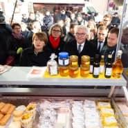 Frank-Walter Steinmeier und seine Frau Elke Büdenbender mit Ministerpräsident Michael Kretschmer und Bürgermeisterin Barbara Lüke in Pulsnitz.
