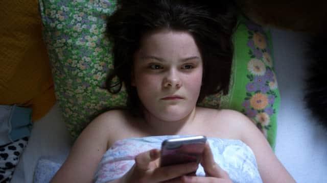Von Ada (Anna Storeng Frøseth) sind Nacktbilder im Internet aufgetaucht. Nun wird sie erpresst.