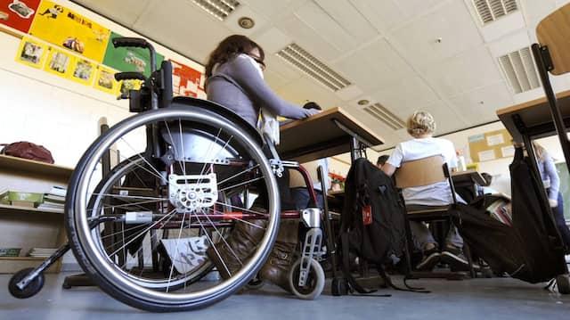 Mit Rollstuhl im Klassenzimmer: Schwerkranke Kinder können dank neuer Gentechnik-Methoden auf Therapien und sogar Heilung hoffen (Archivbild).