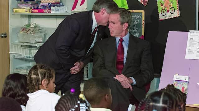 """""""Ein zweites Flugzeug hat den zweiten Turm getroffen. Amerika wird angegriffen"""", flüsterte Stabschef Andrew Card dem Präsidenten am 11. September in einer Grundschule in Florida ins Ohr."""