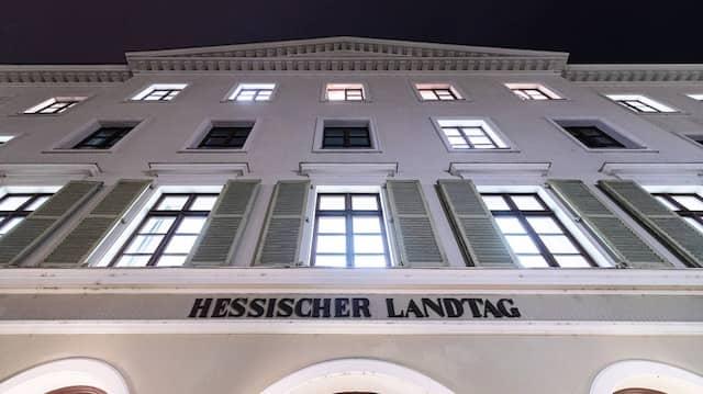 Das Beziehungsgeflecht des umstrittenen Geschäftsmanns Tom Rohrböck sorgt im Wiesbadener Regierungsviertel für Nervosität.