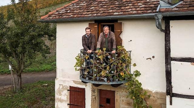 Neuer Blick auf Wein aus Württemberg: Michael Graf Adelmann (rechts) mit seinem Sohn Felix Graf Adelmann im Häuschen auf dem Weinberg bei Kleinbottwar