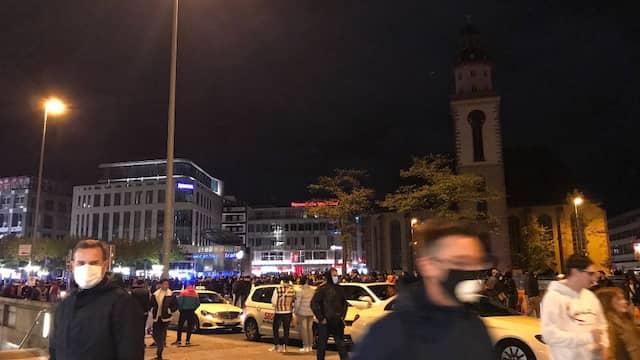 Aufnahme vom Samstagabend, bevor die Situation eskalierte: Zahlreiche Menschen haben sich an der Hauptwache versammelt.