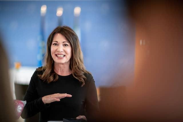 Für ihr Engagement gegen Rechtsextremismus und Antisemitismus wurde Iris Berben Anfang Juli mit dem Verdienstorden des Landes Nordrhein-Westfalen ausgezeichnet.