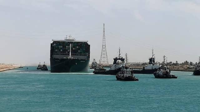 Suezkanal: Eines der größten Schiffe der Welt fährt wieder.