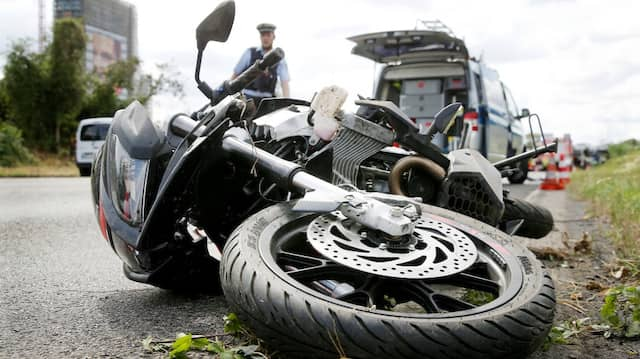 Schieflage: Bei einer Kollision wurde ein Motorradfahrer im hessischen Groß-Gerau schwer verletzt. (Symbolbild)