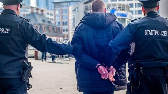 Auch Festnahmen gehören dazu: Besonders renitente Maskenverweigerer werden auch schon mal in Handschellen mit auf die Wache genommen.