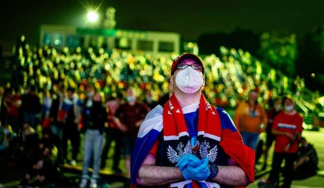 Zuschauer verfolgen das EM-Spiel zwischen Russland und Belgien am Samstag in einer Fanzone in Moskau.