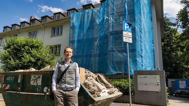 Seit Monaten wird im Haus saniert, die Mieter leben auf einer Baustelle. René Klein geht juristisch gegen die Eigenbedarfskündigung vor.