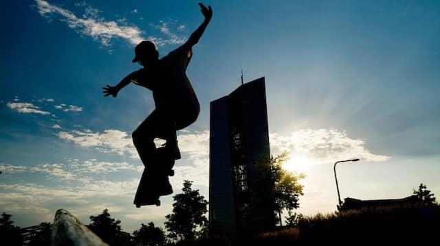 """Der gläserne Turm der Europäischen Zentralbank gibt für die Skateboarder im """"Concrete Jungle"""" des Hafenparks eine imposante Kulisse ab."""