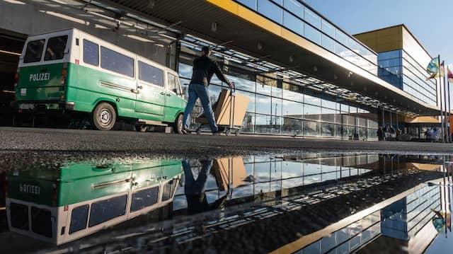 Ein Fahrzeug der Spurensicherung steht am Samstag vor dem Seiteneingang des Frankfurter Ikea.