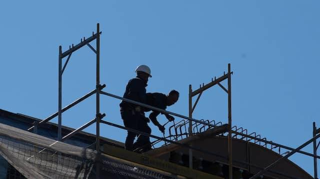 Die Scheinfirmen sollen über Jahre hinweg die Arbeitsstunden der eingesetzten Bauarbeiter in einem geringeren Umfang an die Sozialkassen gemeldet haben. (Symbolbild)