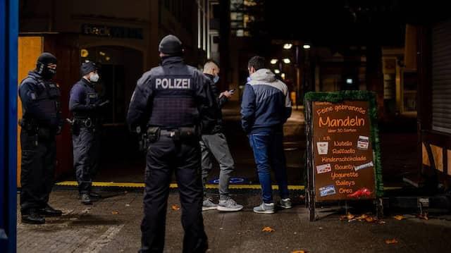 Bundespolizisten verhängen ein Bußgeld gegen zwei Männer, die die Ausgangssperre nicht befolgt haben.