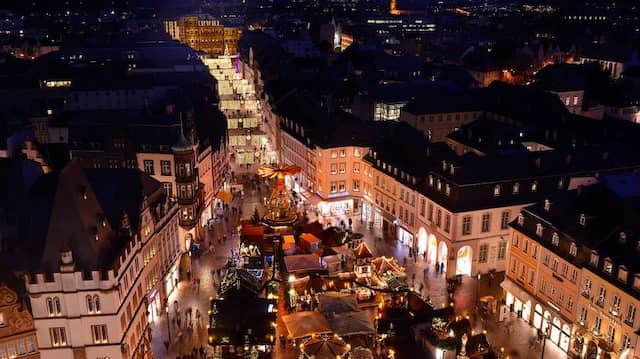 Vom Weihnachtsmarkt bis zur Porta Nigra war die Innenstadt von Trier im Dezember abends erleuchtet.