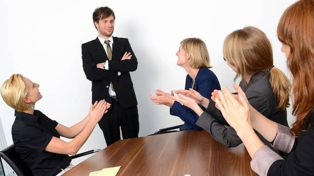 Wenn beim Chef geschleimt wird, ist das Arbeitsklima in Gefahr.