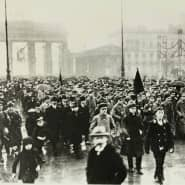 Demonstration von Arbeitern und Soldaten am Pariser Platz in Berlin, November 1918.