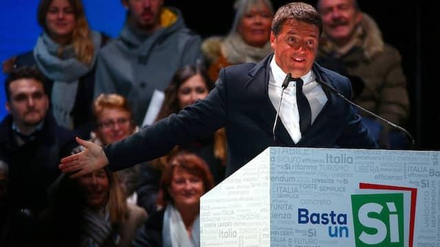 """Italiens Ministerpräsident Matteo Renzi bei einer Veranstaltung der """"Ja""""-Kampagne am Freitag in Florenz"""