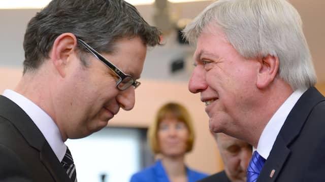 Der hessische Ministerpräsident Volker Bouffier (CDU, r.) begrüßt den SPD-Landesvorsitzenden Thorsten Schäfer-Gümbel zu Beginn der konstituierenden Sitzung des Landtags.