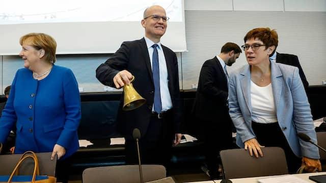 Wirbt für Verständnis: Unionsfraktionschef Brinkhaus – hier im Oktober mit Kanzlerin Merkel (l.) und CDU-Parteichefin Kramp-Karrenbauer.